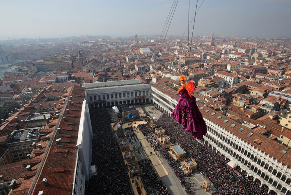 Starting the Flight of the Angel, Venice ©Vision/Vela